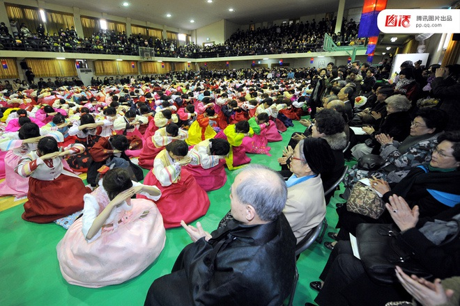 Các bà mẹ cầu nguyện cho con mình thi đỗ đại học tại một ngôi đền ở thành phố Seoul (Ảnh AP)