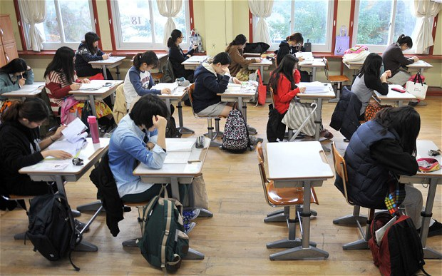 Thi đỗ đại học là biểu tượng của sự thành công của giới trẻ Hàn Quốc (Ảnh Telegraph)