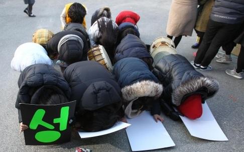 Các học sinh cầu chúc các anh chị thi đại học may mắn, thành công (Ảnh AFP)