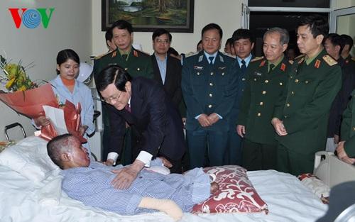 Chủ tịch nước Trương Tấn Sang ân cần động viên quân nhân Đinh Văn Dương