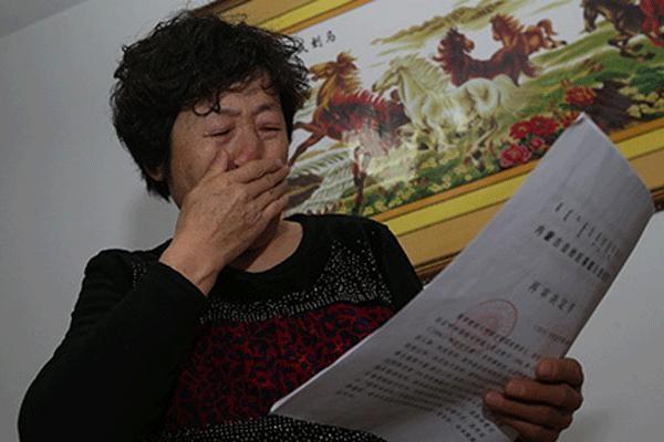 Mẹ của Hugjiltu không cầm được nước mắt khi xem quyết định của tòa về xét xử lại vụ án