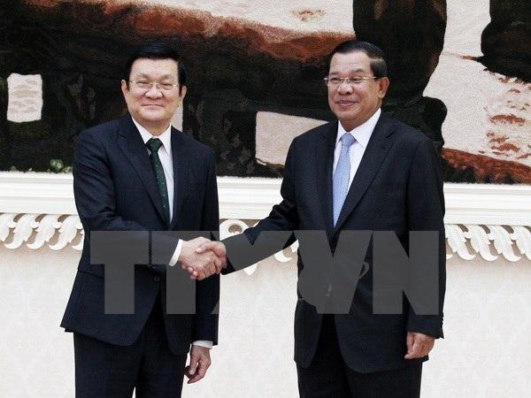 Chủ tịch nước Trương Tấn Sang gặp Thủ tướng Vương quốc Campuchia Hun Sen. (Ảnh: Nguyễn Khang/TTXVN)