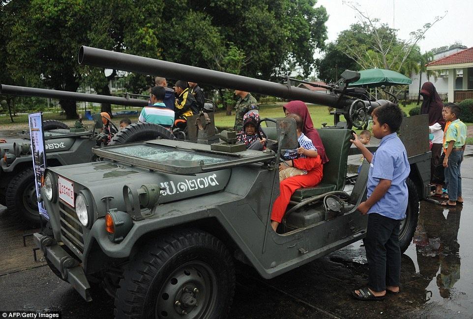 Các em bé tham quan một căn cứ quân sự tại tỉnh Narathiwat trong Ngày Thiếu nhi vừa qua