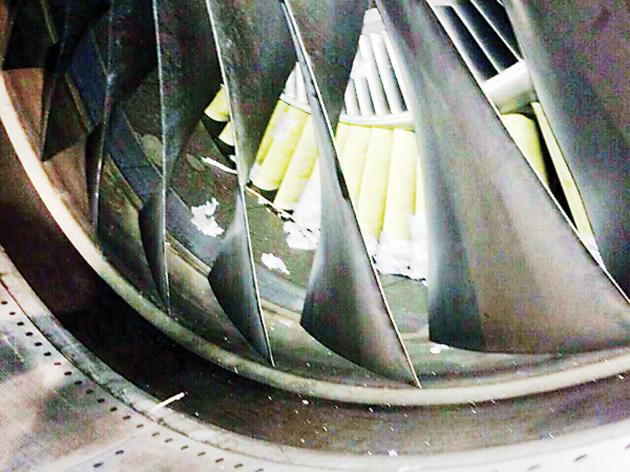Chiếc đèn lồng bị kẹt trong động cơ của máy bay (Ảnh: