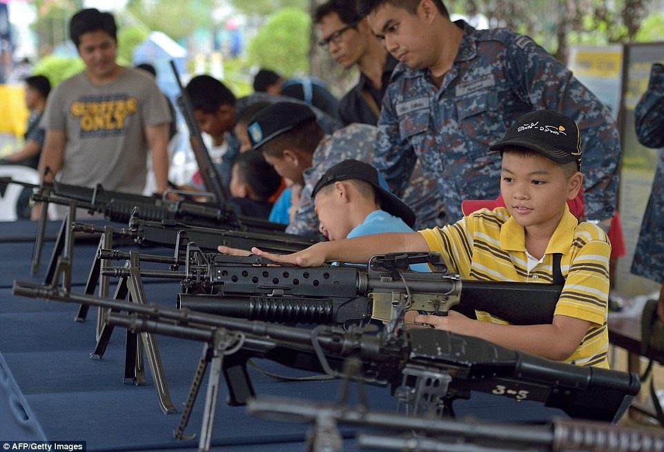 """Các cậu bé đang trong tư thế chuẩn bị """"bắn"""""""