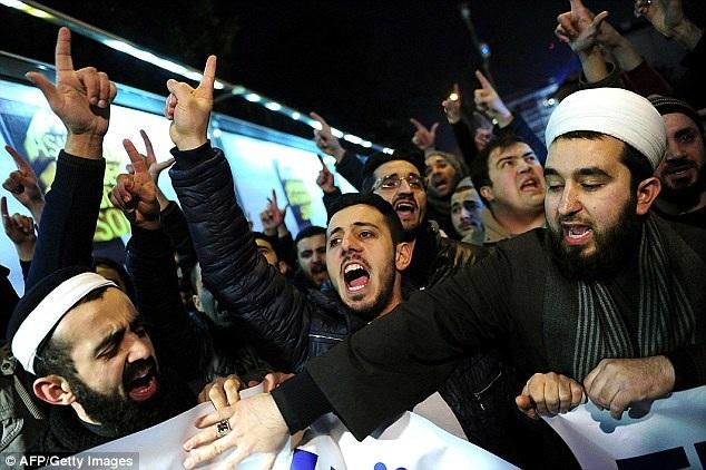 Người dân ở Istanbul, Thổ Nhĩ Kỳ, phản đối báo