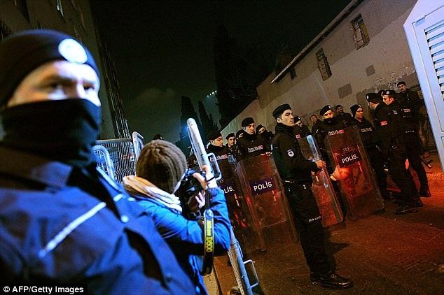 Cảnh sát đang cố gắng khống chế người biểu tình tại một đường phố của Istanbul (Ảnh: