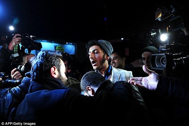 Một người biểu tình tại Istanbul bị cảnh sát mặc thường phục bắt (Ảnh: