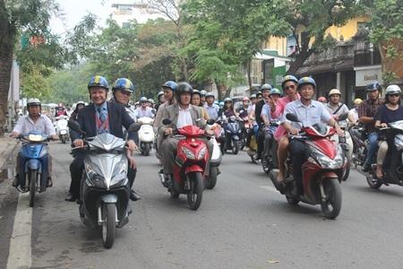 Nhiều Nghị sĩ cầm lái