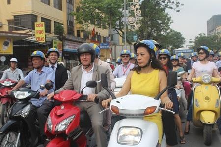 Dừng trước đèn đỏ trên phố Nguyễn Thái Học