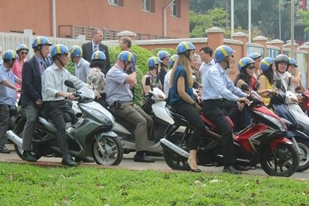 Đoàn xuất phát từ Đại sứ quán Thụy Điển lúc khoảng hơn 9h sáng