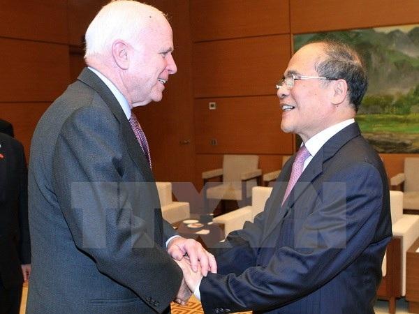 Chủ tịch Quốc hội Nguyễn Sinh Hùng tiếp Thượng nghị sỹ John McCain. (Ảnh: Nhan Sáng/TTXVN)