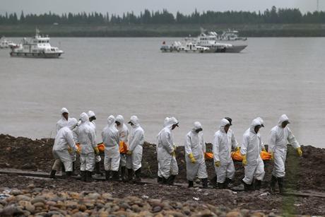 Đội cứu hộ đưa thi thể nạn nhân về nơi bảo quản. (Ảnh: