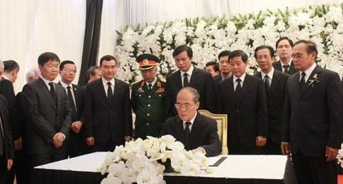 Chủ tịch Quốc hội Nguyễn Sinh Hùng viết sổ tang ( Ảnh: