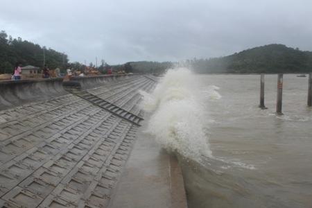 Tại khu vực đập gần cầu cảng Cô Tô