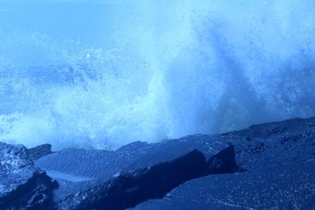 Đến trưa ngày 25/6, tại khu vực bãi đá Cô Tô vẫn còn sóng lớn
