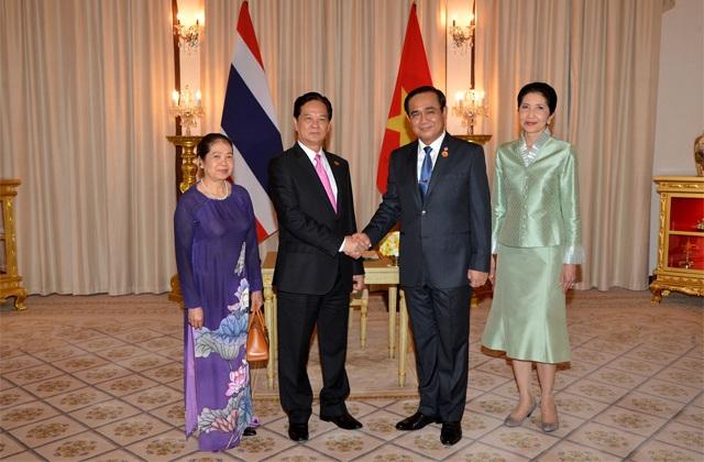 Thủ tướng Thái Lan đón Thủ tướng Nguyễn Tấn Dũng và phu nhân sang thăm và làm việc