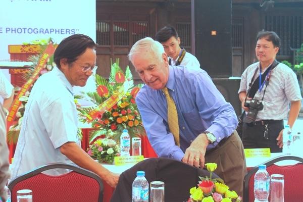 Chủ tịch Hội Việt-Mỹ Nguyễn Tâm Chiến và cựu Đại sứ Mỹ tại Việt Nam Pete Peterson
