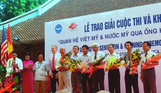 Đại sứ Mỹ tại Việt Nam Ted Osisus (thứ 4 từ trái sang) tặng hoa Ban Giám khảo cuộc thi