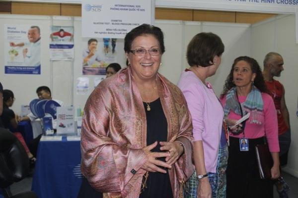 Đại biện lâm thời Đại sứ quán Hoa Kỳ tại Việt Nam, bà Claire Pierangelo tại Hội chợ Y tế