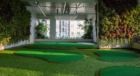 Sân golf mini đặt tại tầng 20 của tòa nhà