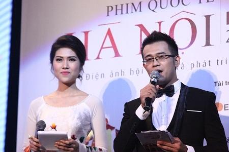 Hai MC của Lễ trao giải giới thiệu thành phần BGK
