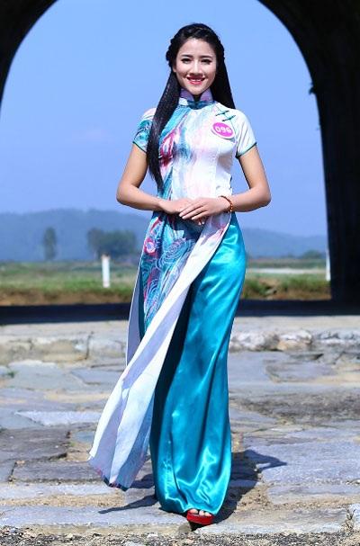 Người đẹp xứ Thanh duyên dáng trong tà áo dài