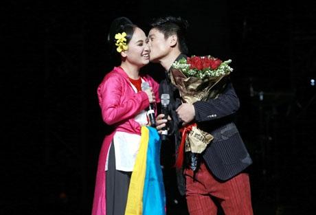 Tấn Minh tặng vợ nụ hôn chúc mừng ngày sinh nhật ngay trên sân khấu