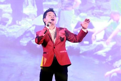Ca sĩ Trọng Tấn biểu diễn trong chương trình