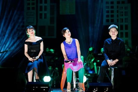 Mỹ Linh (giữa) biểu diễn cùng Nhật Thủy, Hoàng Tôn