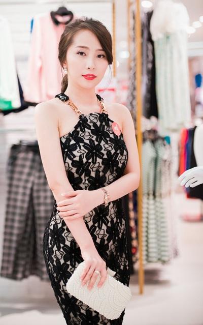 Tối 7/11, Quỳnh Nga tham gia sự kiện khai trương của một thương hiệu thời trang tại