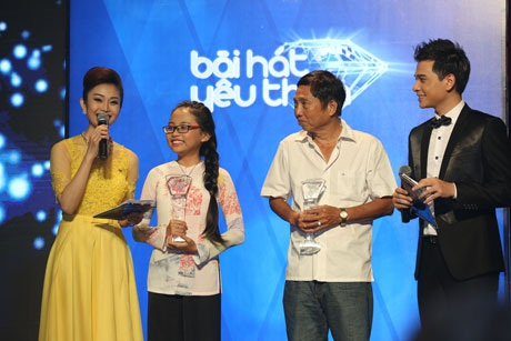 Phương Mỹ Chi và nhạc sĩ Tiến Luân lên nhận giải thưởng danh giá Bài hát yêu thích của năm 2014