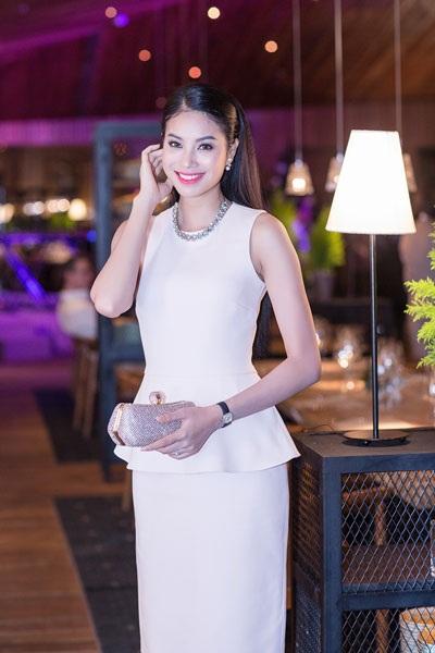 Á hậu Phạm Hương diện đầm trắng nền nã tham dự sự kiện tối ngày 17/12