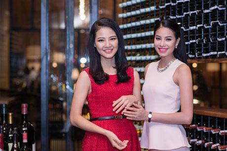 Á hậu Phạm Hương thân thiết với Trần Thị Quỳnh