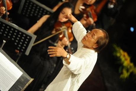 Nhạc sĩ Nguyễn Thiện Đạo chỉ huy dàn nhạc thể hiện tác