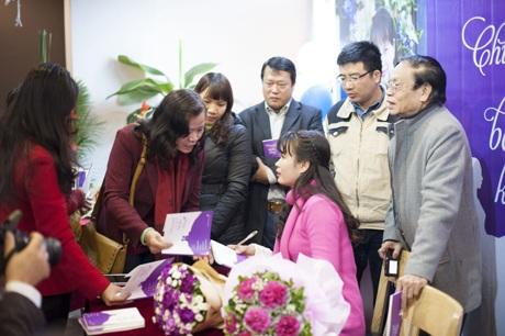 Tác giả Phạm Thị Ngọc Thanh ký tặng tại buổi ra mắt tập thơ