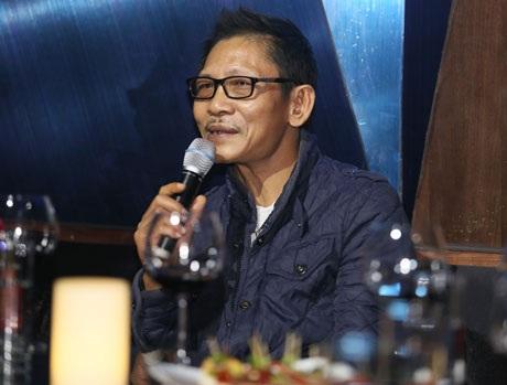 NSƯT Đức Long hát một nhạc phẩm của Phú Quang