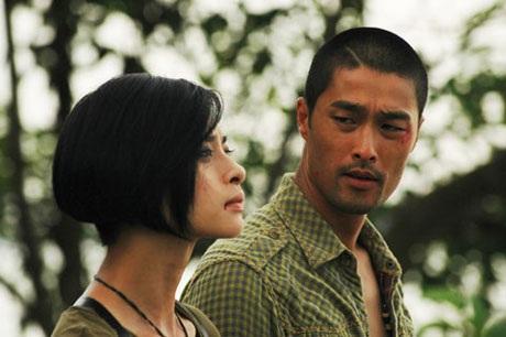 Nam diễn viên điển trai và Ngô Thanh Vân trong phim Bẫy rồng