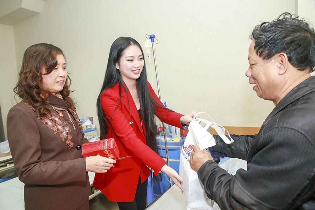 Hoa hậu Ngọc Anh trao quà cho bệnh nhân ung thư