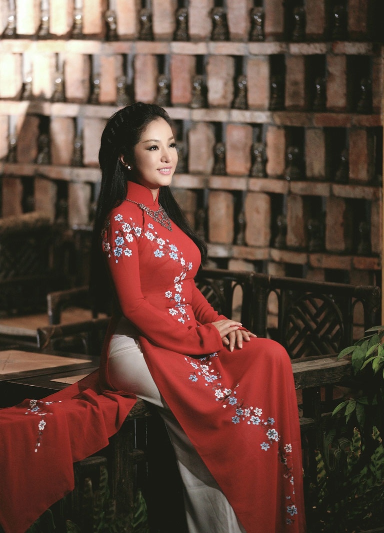 Hình ảnh danh hài Thúy Nga duyên dáng trong tà áo dài truyền thống của NTK Việt Hùng