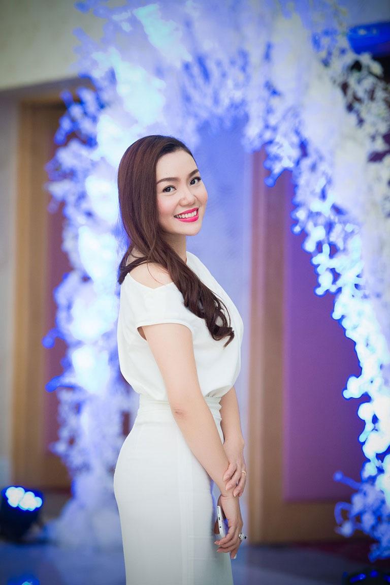 Ca sĩ Ngọc Anh diện váy trắng muốt, khoe vẻ đẹp rạng rỡ của gái một con
