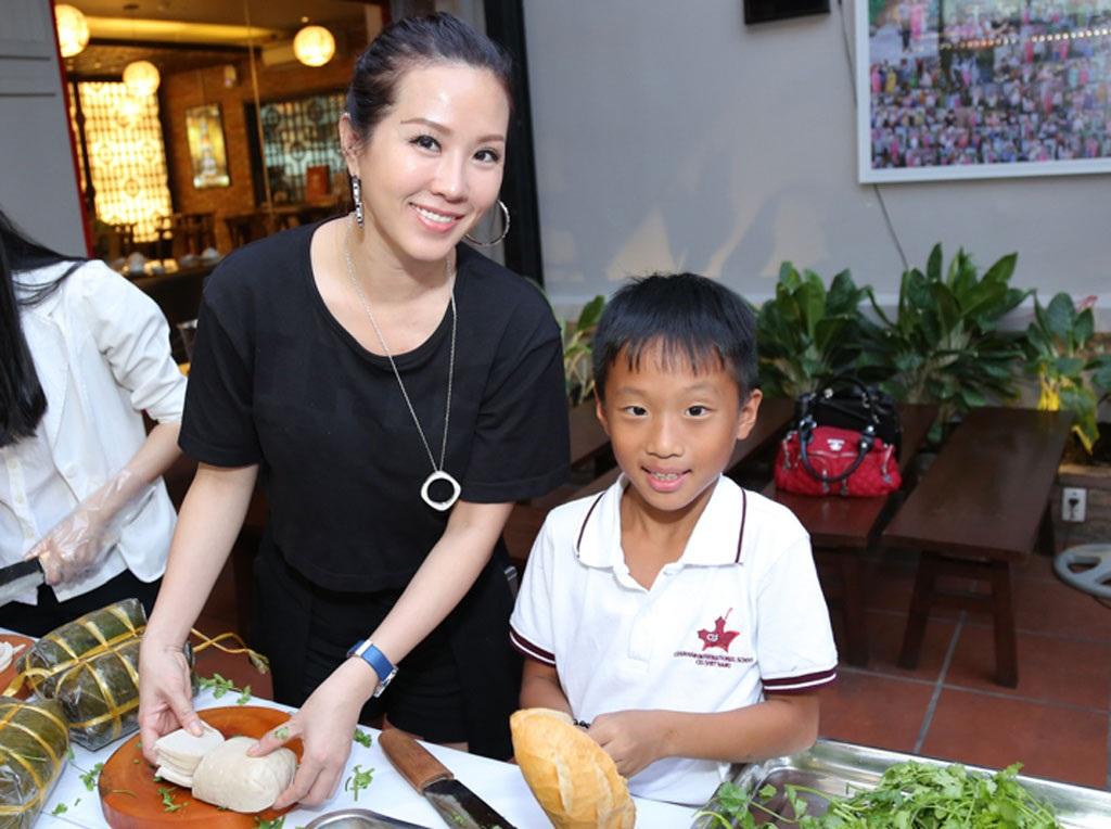 Bé Bảo Bảo tròn 7 tuổi được mẹ dạy làm bánh