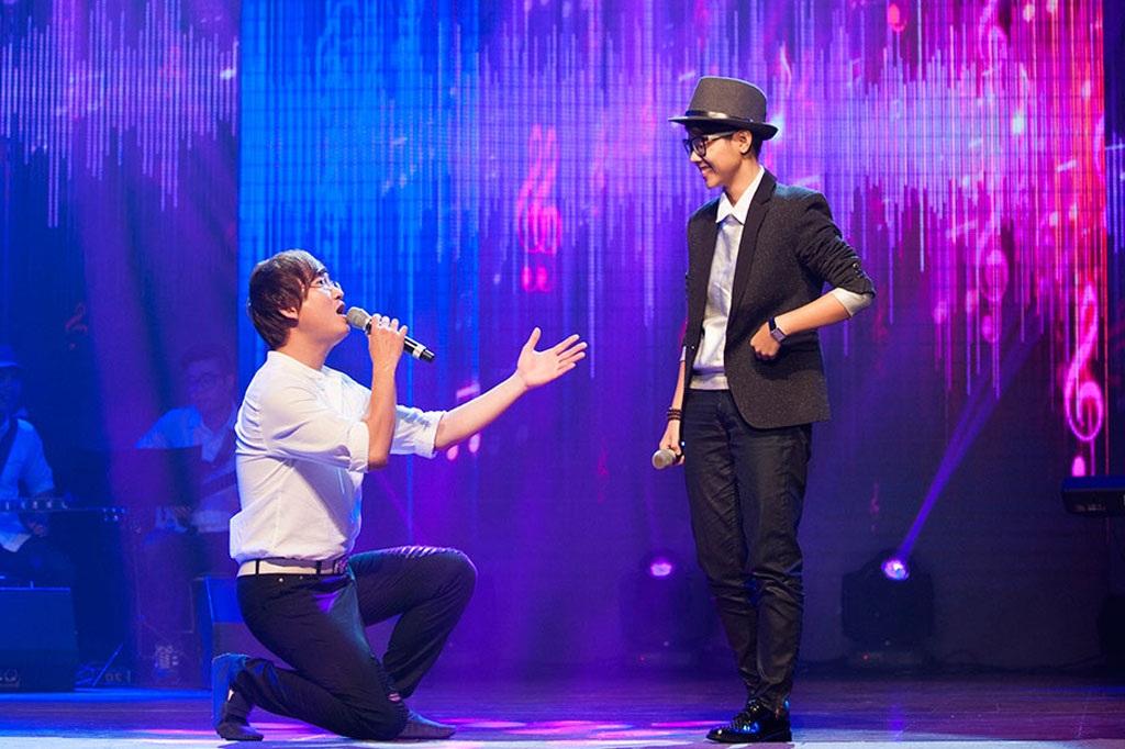 Màn quỳ gối song ca của nhạc sĩ- ca sĩ Sỹ Luân khiến khán giả phấn khích