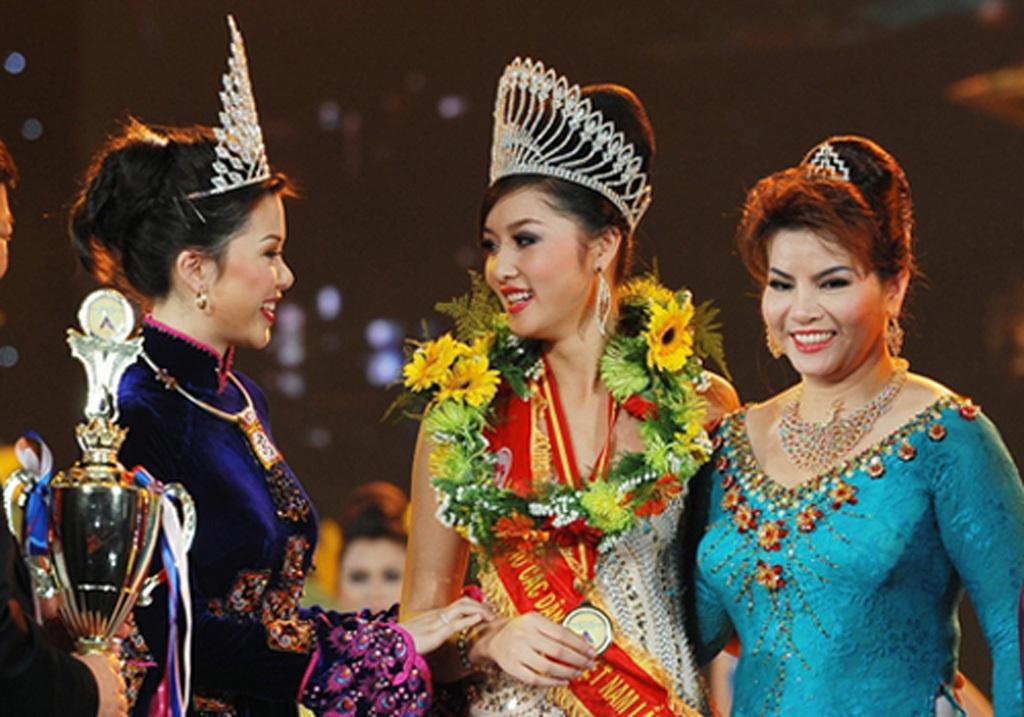 Triệu Thị Hà trong đêm đăng quang hoa hậu năm 2011 (giữa), bà Kim Hồng (bên phải)
