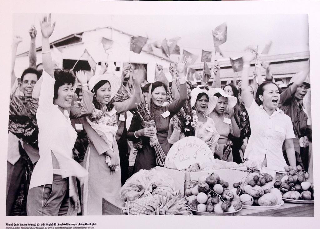 Phụ nữ Quận 4 mang hoa quả đặt trên hè phố để tặng bộ đội vào giải phóng thành phố