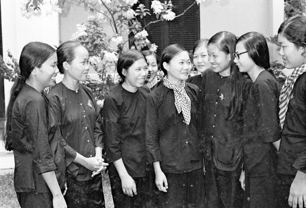 Nhân dân Sài Gòn tập trung tại cổng Dinh Độc lập đón bộ đội vào giải phóng thành phố