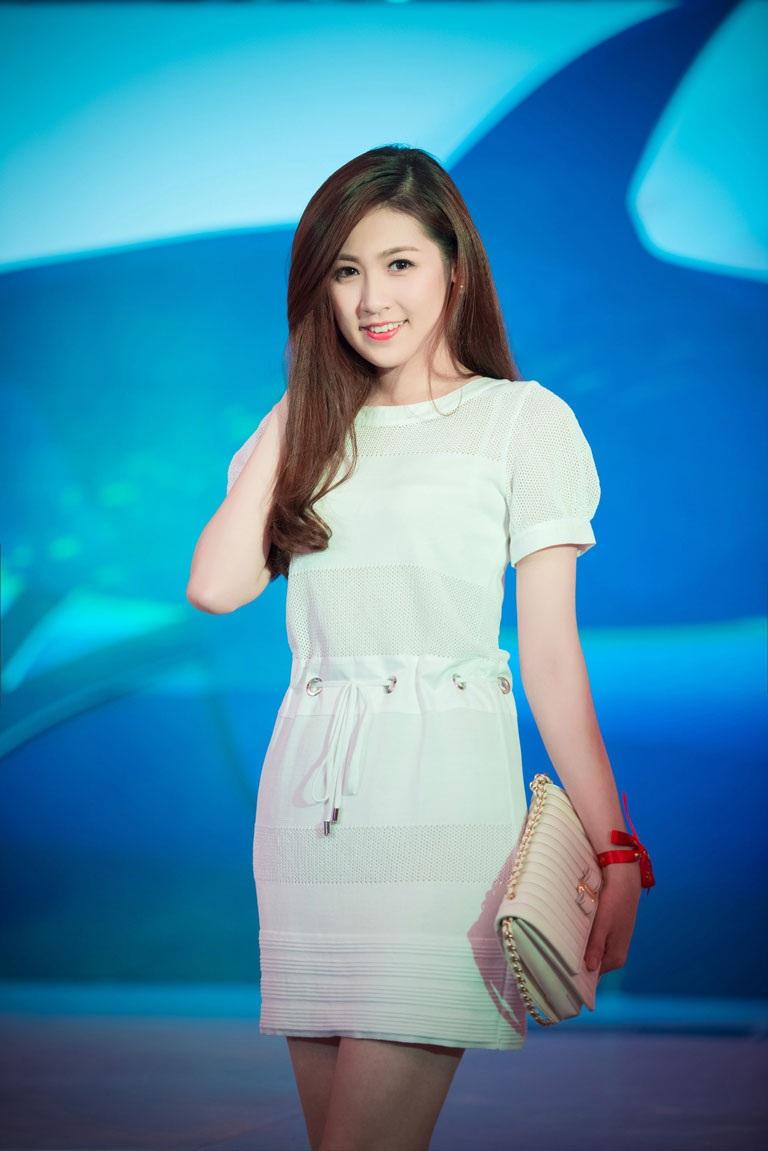 Á hậu Tú Anh tươi trẻ, đầy sức sống với váy trắng tinh khôi