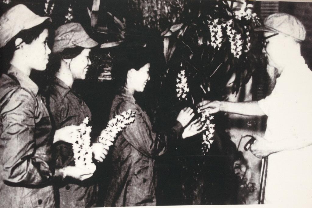Chủ tịch Hồ Chí Minh và các đại biểu dự Đại hội Đảng lần thứ 2, Việt Bắc, năm 1951