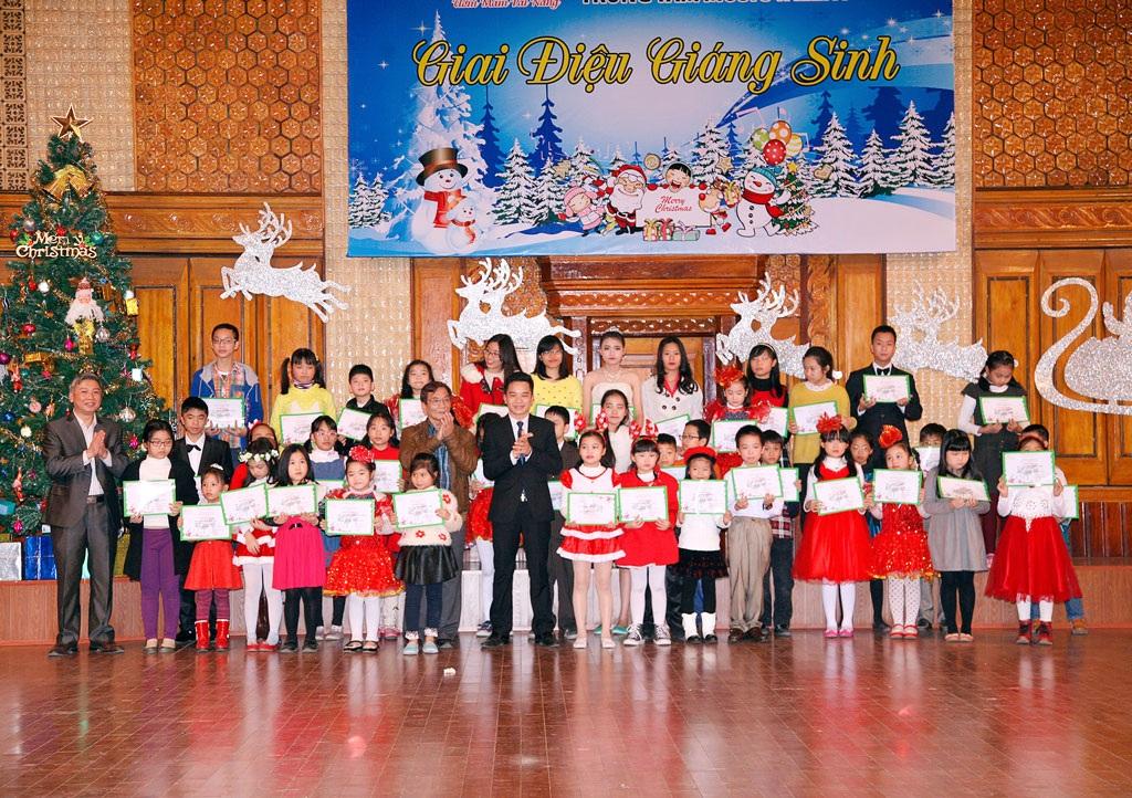 Học sinh được trao giấy chứng nhận của Viện Giáo dục Đông Nam Á