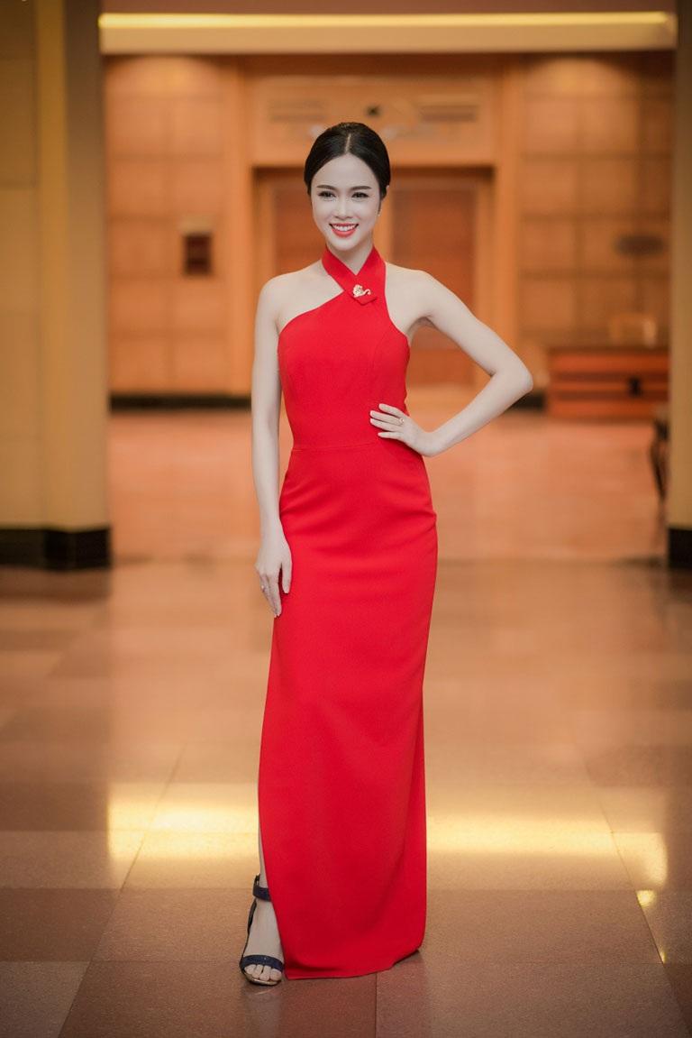Người đẹp Vũ Ngọc Anh cũng nổi bật với đầm đỏ hở vai